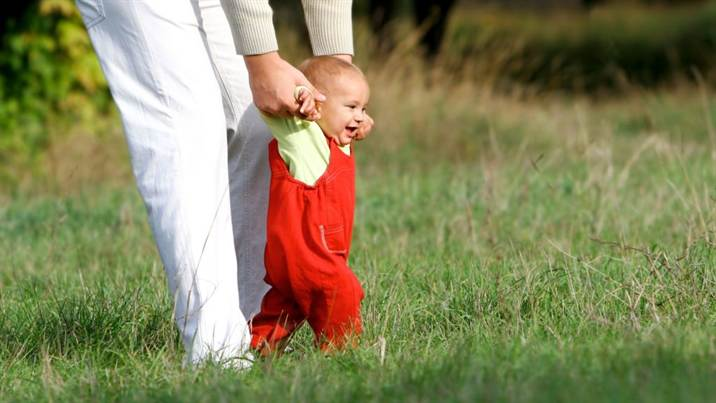 4_baby_learning_to_walk_01