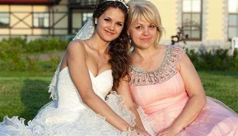 nevesta-s-mamoj-v-krasivom-rozovom-plate-na-svadbe