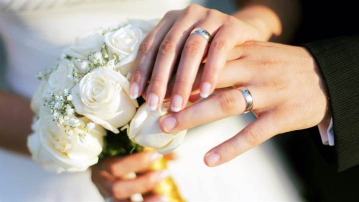 1_hands_wedding_rings_bouquet_roses_80655_2048x1152