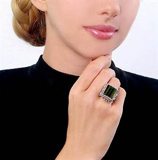 88008688_woman_wearing_square_green_ring_from_jegem